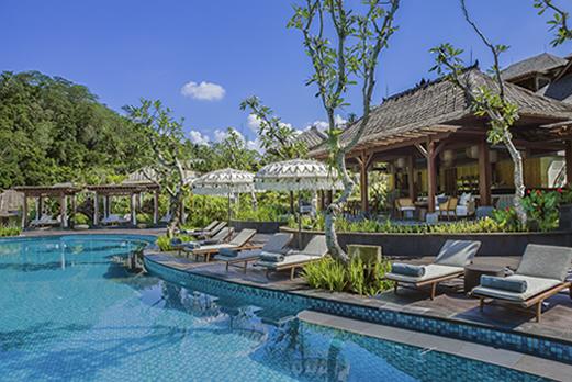 プール付きホテルに泊まる